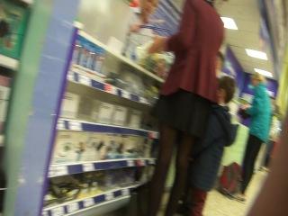 Рослая мамаша в юбке светанула жопкой в магазине